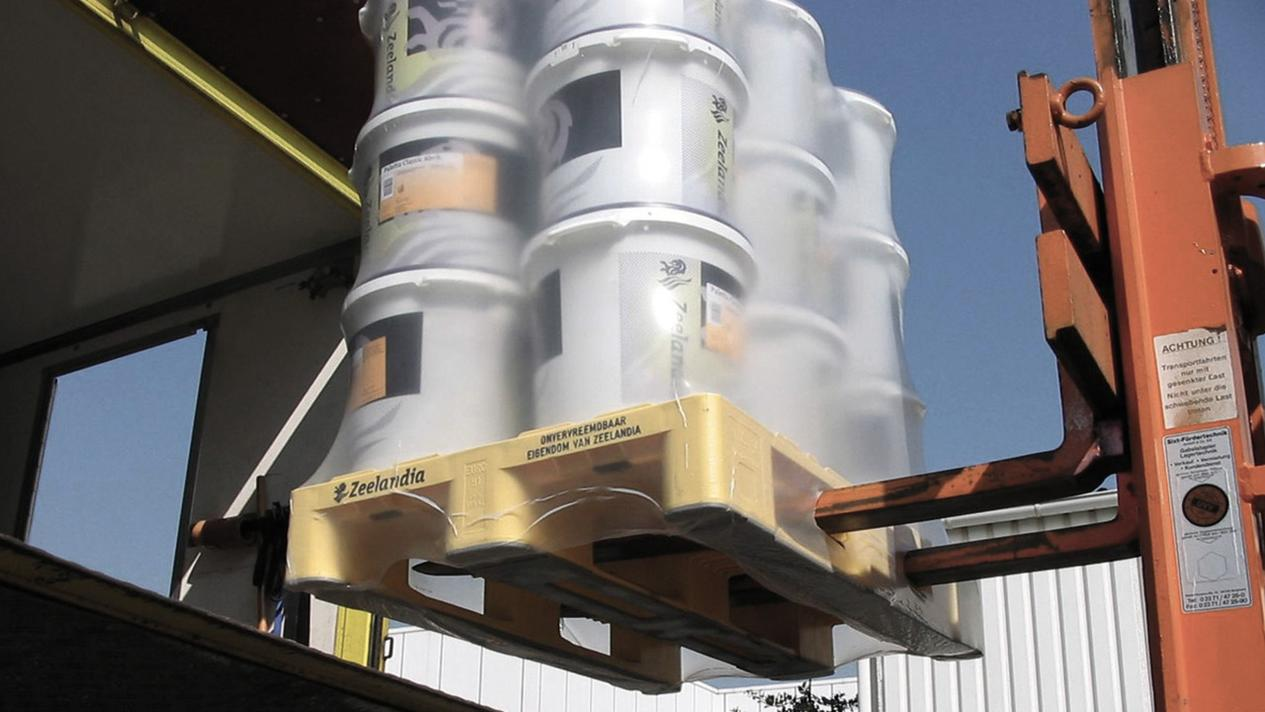 Picture of a building material pallet, safely packaged with the MSK undershrink process